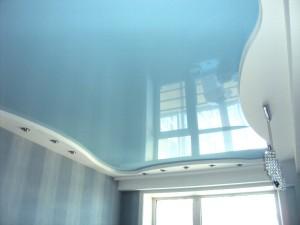 Светло-голубой-глянцевый-потолок-фото